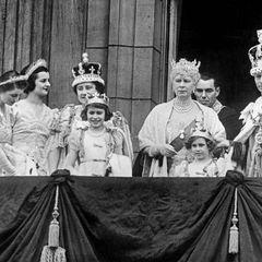 Queen Elizabeth II.:  als Elfjährige auf dem Balkon des Buckingham Palastes
