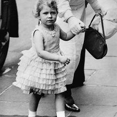 Queen Elizabeth II.:  als Dreijährige unterwegs in London