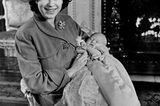 Queen Elizabeth II.:  mit Baby Charles vor Kamin