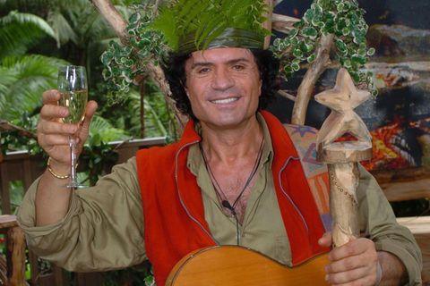 """Er war der erste Dschungelkönig aller Zeiten: Costa Cordalis begeisterte 2004 in der ersten Staffel """"Ich bin ein Star …"""" das Publikum mit seinem Kampfeswillen und seiner natürlichen Fröhlichkeit. Der Schlagerstar (""""Anita"""") hatte für alle ein offenes Ohr, was beim Publikum immer gut ankam."""