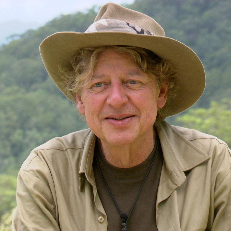 """Nachdem sein Moderations-Kollege Harry Wijnvoort bereits in der zweiten Dschungel-Staffel dabei war, zog Walter Freiwald 2015 in der neunten Staffel ins Camp. Die beiden hatten durch die RTL-Gameshow """"Der Preis ist heiß"""" Kultstatus erreicht, sich später allerdings öffentlich verkracht. Im Camp wurde Walter Freiwald von den Zuschauern viermal in Folge in eine Dschungelprüfung gewählt und belegte am Ende Platz 6."""