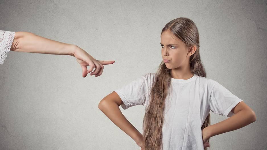Trotziges Mädchen wird gescholten