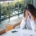 Frustrierte Frau bei der Arbeit