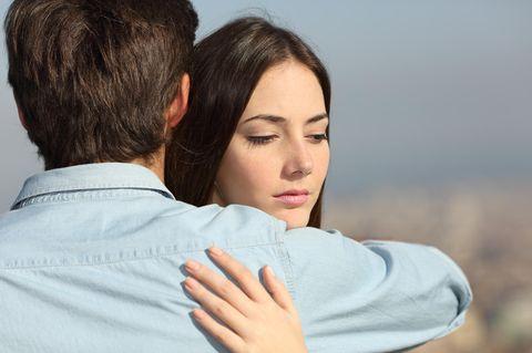 Traurige Frau umarmt Partner