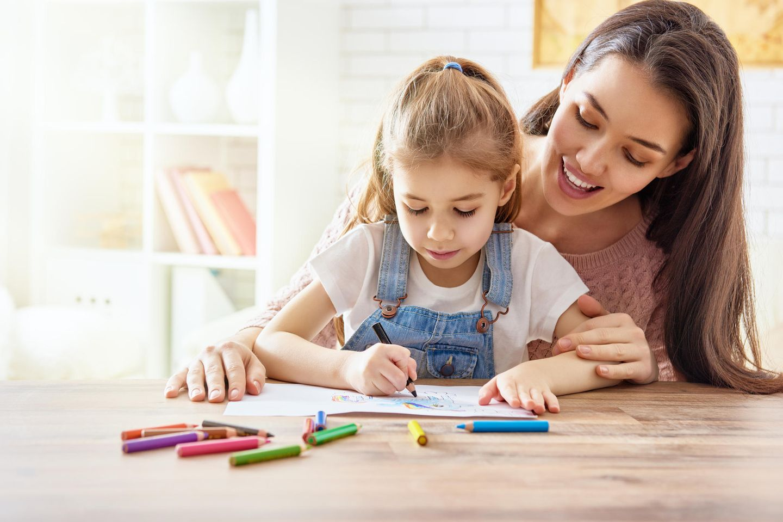 Mutter und Tochter malen
