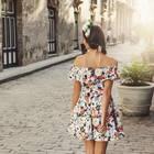 Junge Frau in Blumenkleid auf der Straße