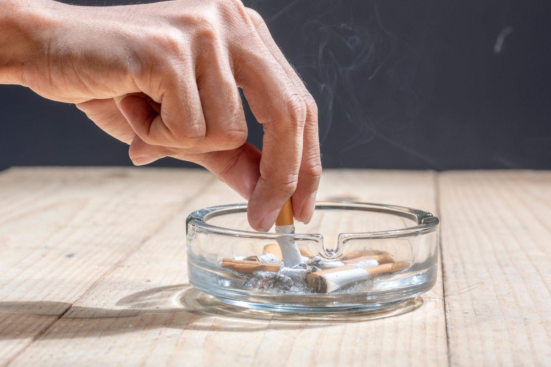 Zigarette wird im Aschenbecher ausgedrückt