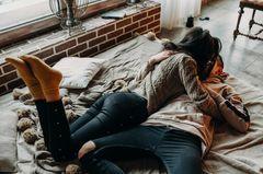 Paar küsst sich im Bett