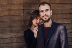 Dating-Trends 2020: Frau steht hinter Mann