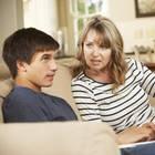 Mutter und Sohn diskutieren auf dem Sofa