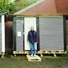 Mini-Häuser für Obdachlose - ein Projekt für Frauen: Frau steht vor Wohnbox