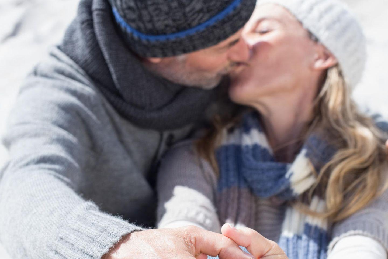 Küssen in der Öffentlichkeit mit 50+ - ja oder nein?: Küssendes Paar