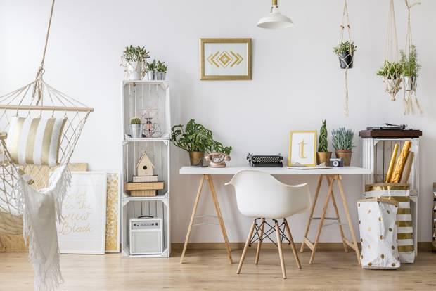 Studentenzimmer einrichten: Schreibtisch und Obstkisten als Regale