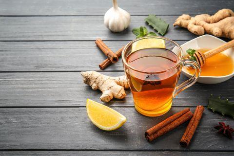 Zitronen-Knoblauch-Kur: Zitrone und Knoblauch neben Tee