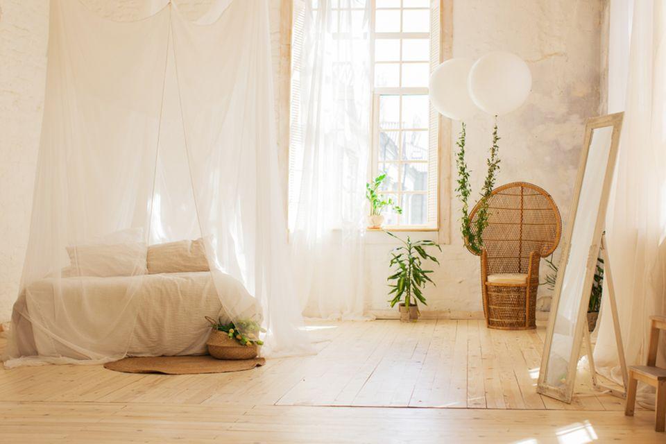 Studentenzimmer einrichten: Bett mit Himmel und Gartenstuhl