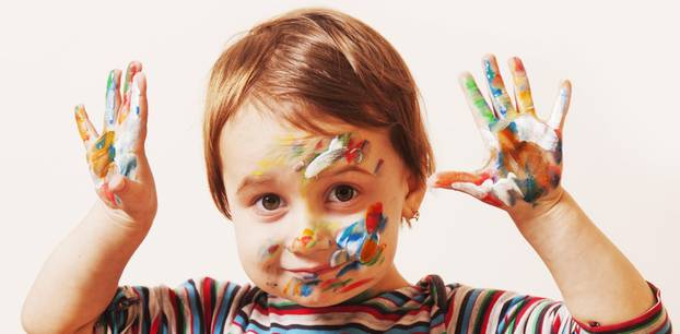 Kinderschminke selber machen: Kind mit bunter Schminke im Gesicht