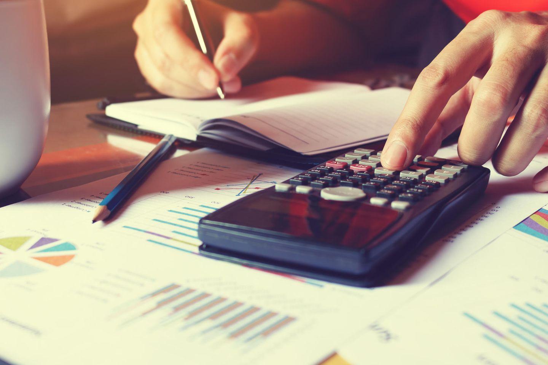 CW-Index: Was ist unsere Arbeit wert?: Taschenrechner auf Unterlagen