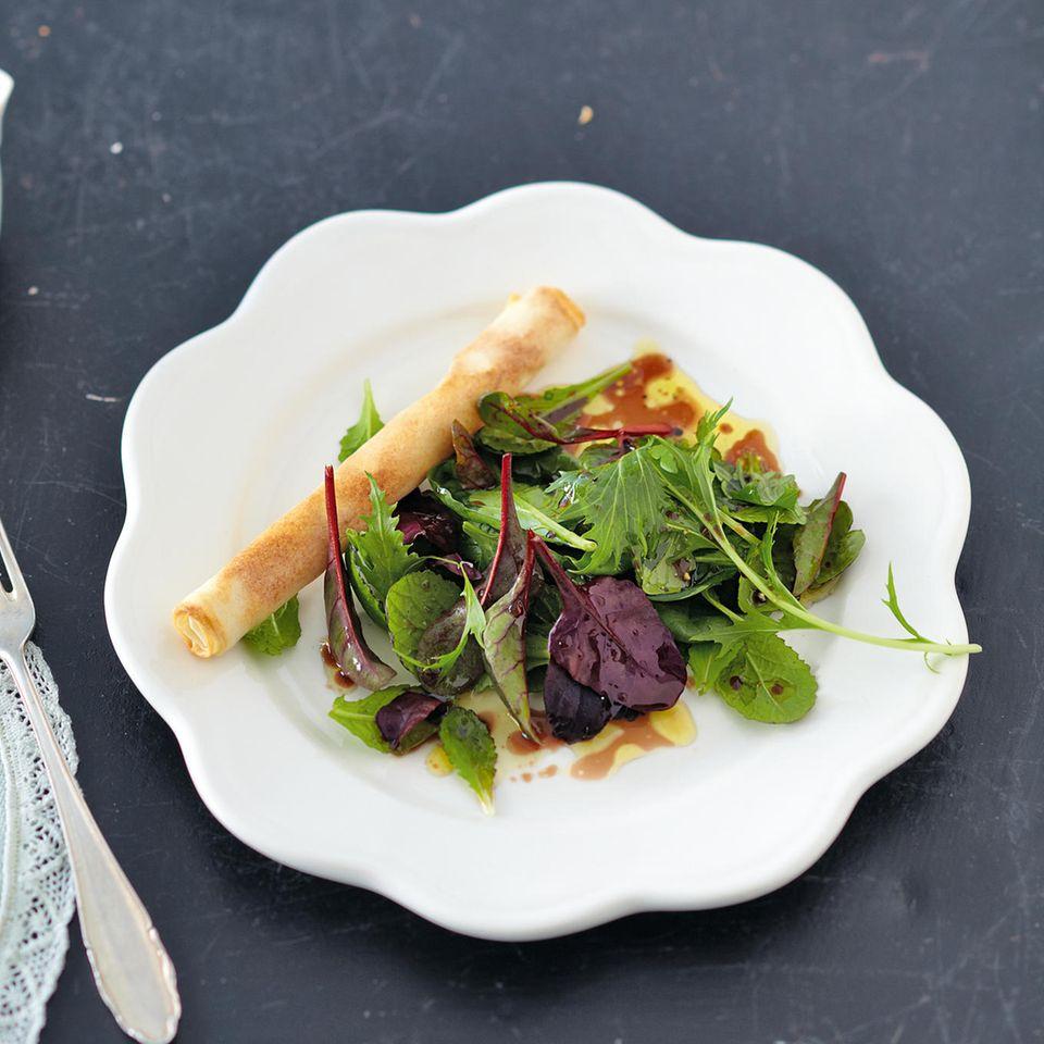 Salat von Mangold, Babyspinat und Senfblatt mit Gewürzstick