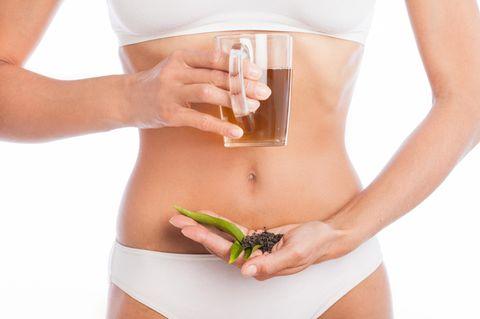 Abnehmen mit Tee: Frau hält Tee in ihrer Hand