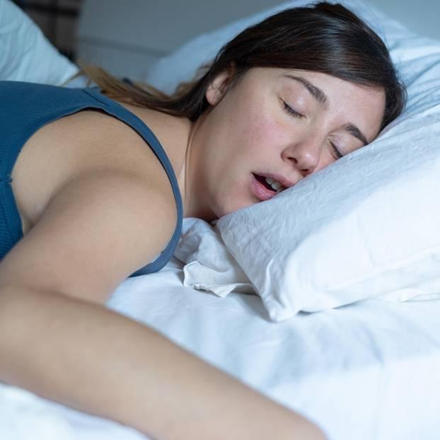 Was bedeutet es, wenn man schnarcht?: Schlafende Frau