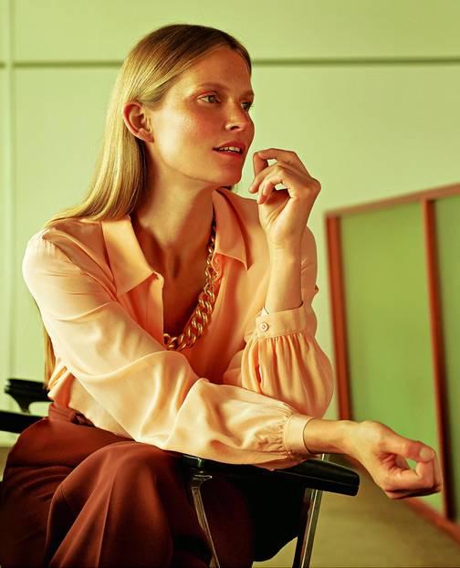 Business-Outfits 2020: Jobmode im Retro-Chic: Seidenbluse und Goldkette