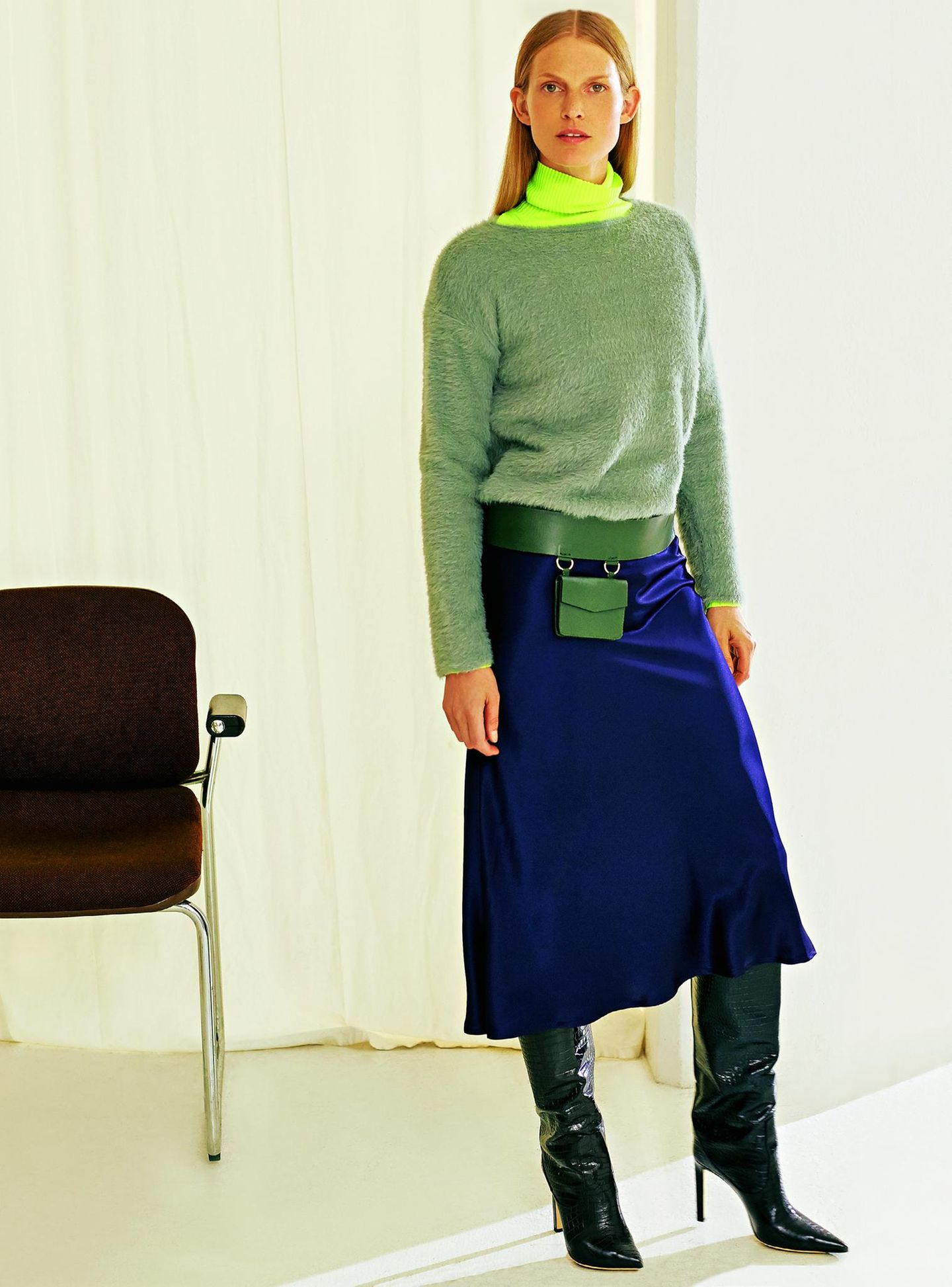 Business-Outfits 2020: Jobmode im Retro-Chic: Fell-Pullover zu Satinrock