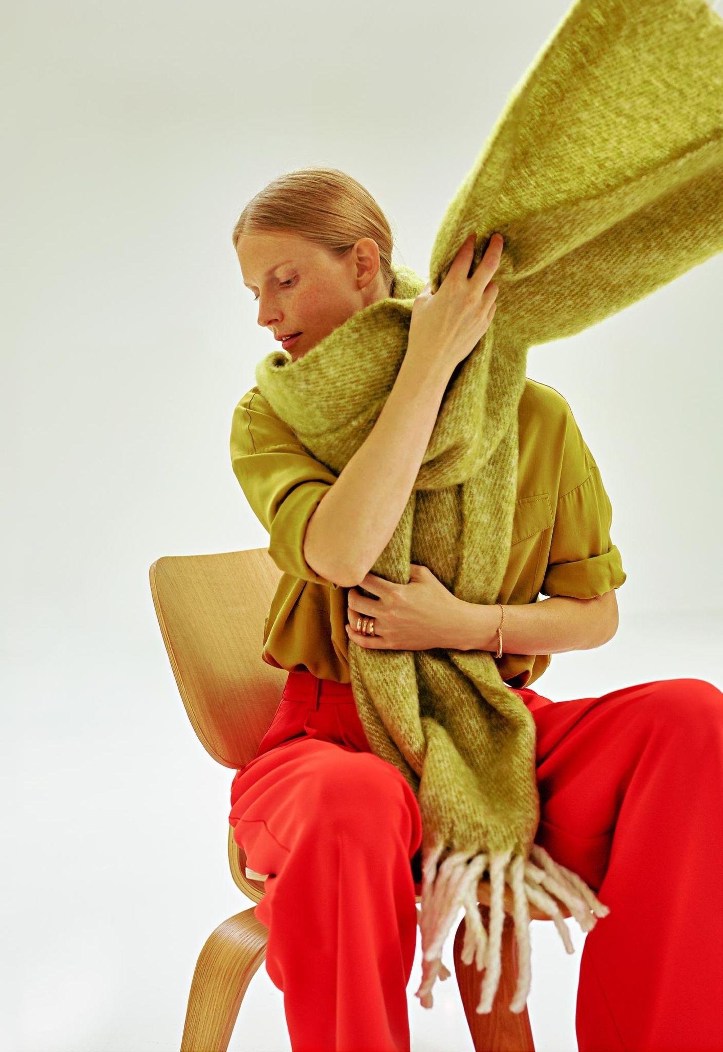 Business-Outfits 2020: Jobmode im Retro-Chic: Schal, Bluse und Palazzohose
