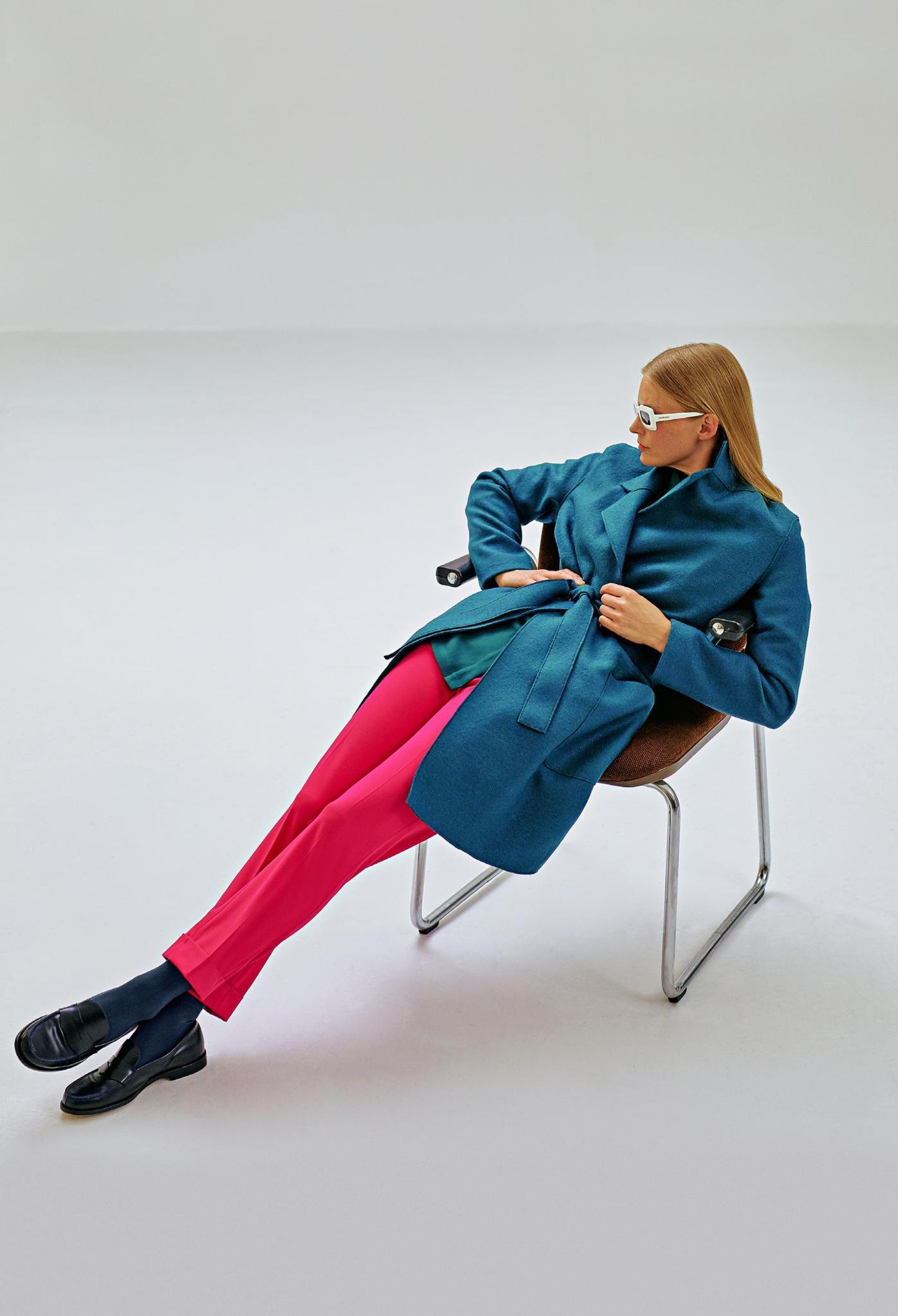 Business-Outfits 2020: Jobmode im Retro-Chic: Wollmantel zu Zigarettenhose