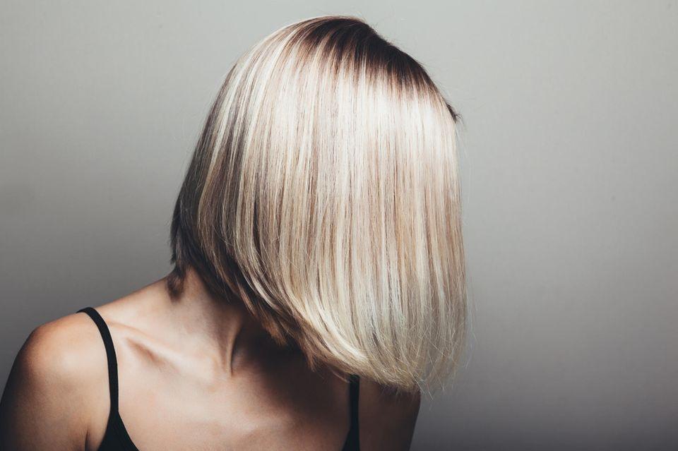 Frau mit blondem Bob