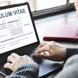 Moderner Lebenslauf: Frau schreibt Lebenslauf am PC