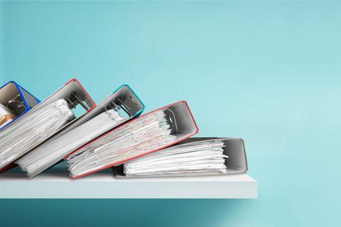 Aufbewahrungsfristen für Privatpersonen: Volle Aktenordner liegen aufeinander