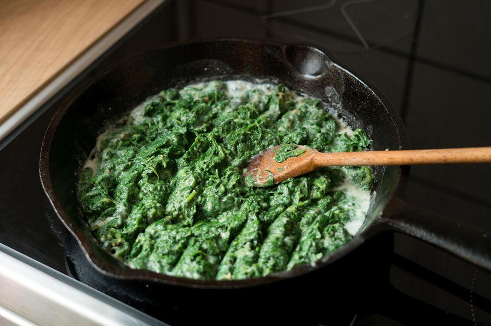 Spinat aufwärmen: Spinat in einer Pfanne