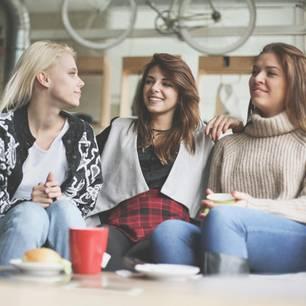 Freundinnen-Typen, auf die man verzichten kann: Drei Freundinnen auf der Couch