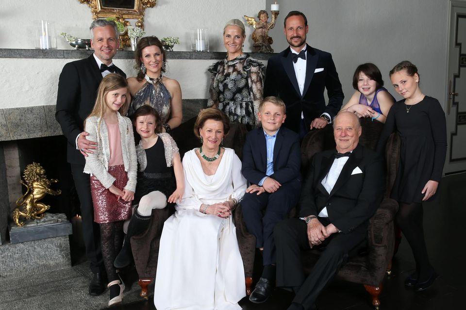 Ari Behn umgeben von der norwegischen Königsfamilie