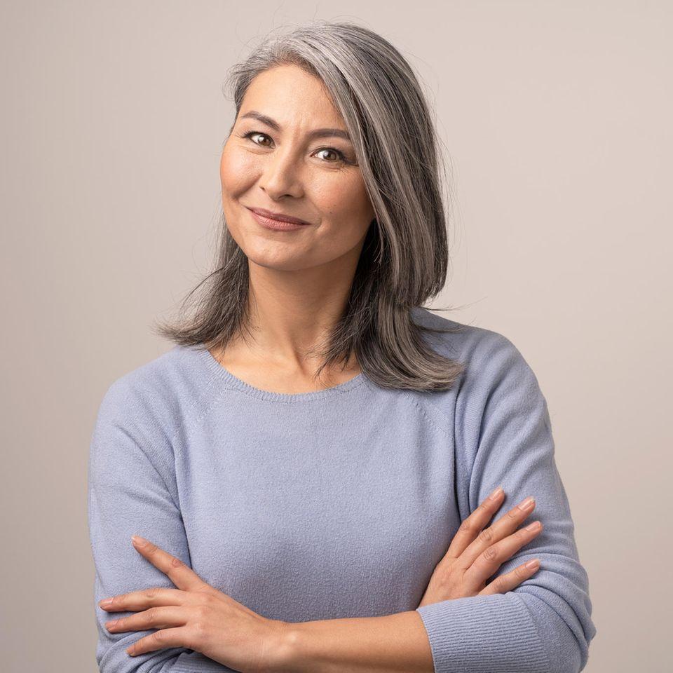 Mittelalte Frau mit grauen Haaren