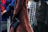 ... der royalblaue Hut von Hicks& Browns, der dem Look einen coolen Touch verlieh. Ihre dunkelbraunen Lieblingsstiefel von Stuart Weitzman, eine schwarze Clutch und zarter Saphir-Schmuckmachten den Look komplett.