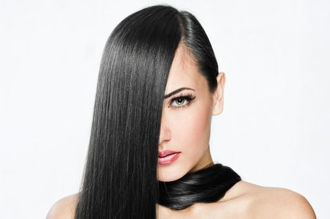 Frau mit langen glatten und glänzenden Haaren