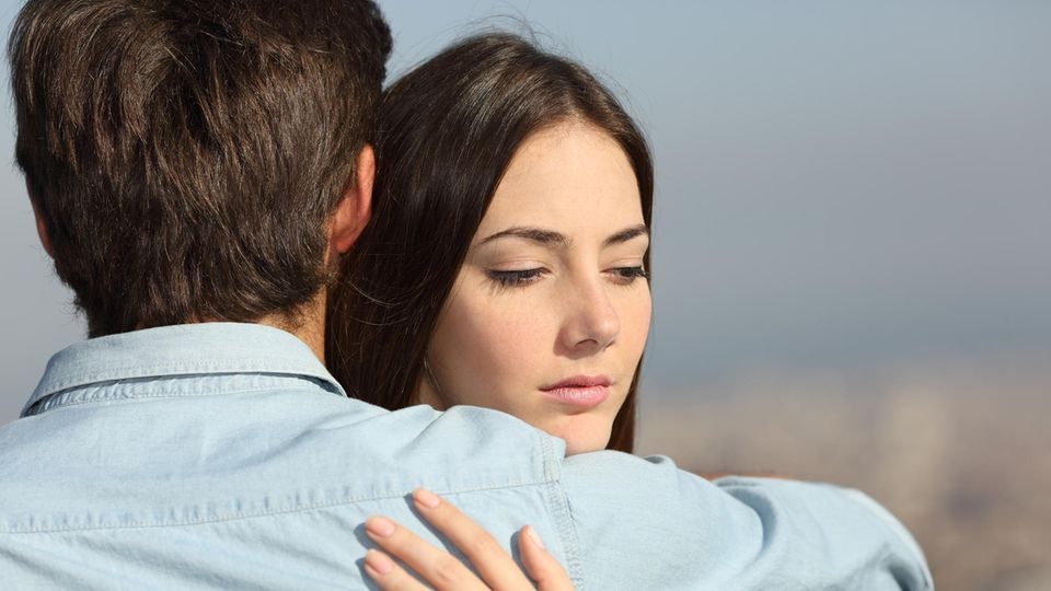 Nach Affäre: 25-Jährige verlässt Freund für ihren Schwiegervater