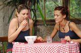 Dschungelcamp: Fiona Erdmann und Claudelle Deckert sitzen am Tisch