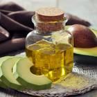 Avocadoöl: Flasche mit Avocadoöl und Avocado-Frucht