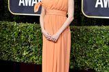 Vor wenigen Tagen munkelten erste Medien, dass Michelle Williams schwanger sei, jetzt lieferte der Hollywoodstar den Beweis: Auf dem Roten Teppich der Golden Globes 2020 trug die 39-Jährige nicht nur einen Pfirsichfarbenen Traum zur Schau, sondern auch eine kleine undzuckersüße Babykugel. Es ist das wohl schönste Accessoire des Abends ...