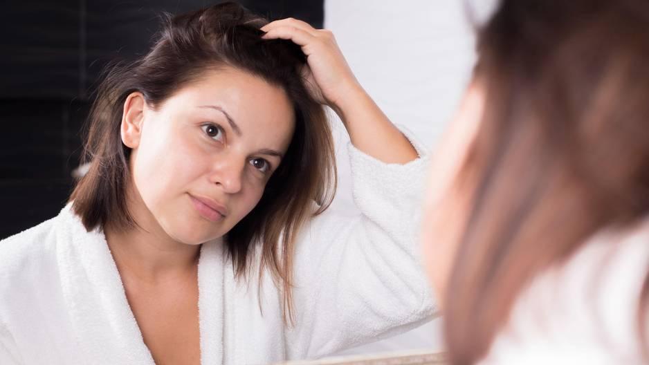 Dieses Wundermittel hilft bei fettigen Haaren