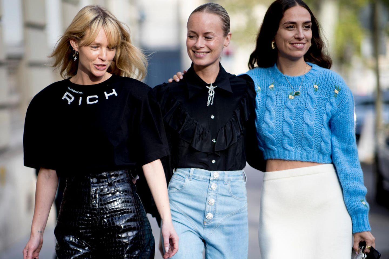 Button Front Jeans: Drei Frauen auf der Straße