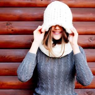 Horoskop: Eine hübsche junge Frau versteckt sich unter ihrer Mütze