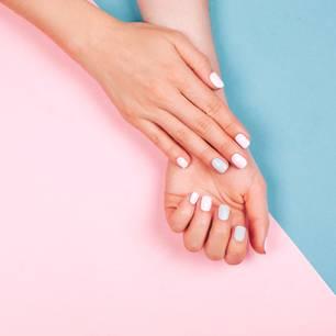 Mit diesen Tricks hält euer Nagellack länger: Lackierte Fingernägel