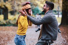 Whisper: Eine Frau balanciert Bücher auf dem Kopf, um einen Mann zu beeindrucken