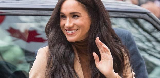 """""""Never change a winning team"""" heißt im Fall von Meghan Markle: Sie und ihre sanften Wellen sind ein unschlagbares Team, wenn es um einen coolen Hairstylegeht. Nach der Winterpause ist die Herzogin zurück im royalen Geschehen und könnte dabei kaum weniger strahlend aussehen. Die Haare trägt sie ultralang und zu sanften Wellen gelegt – das schönste Accessoire ist aber definitiv das breite Lächeln der Amerikanerin."""