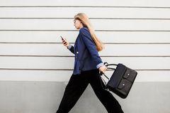 Multitasking: Extremer Stress für unser Gehirn: Gestresste Frau mit Handy