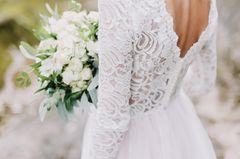 Australien: Eine Braut in Brautkleid mit Brautstrauß von hinten
