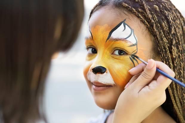 Tiger schminken: Grundierungen auf dem Gesicht